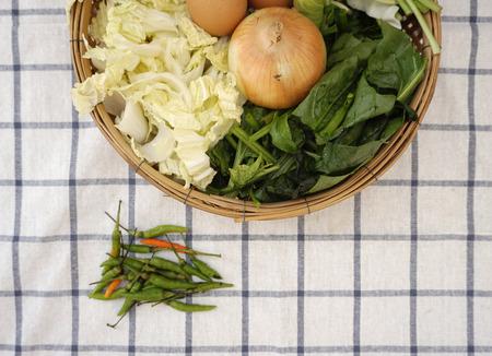 checker board: vista superior de ingredientes alimenticios para la sopa de verduras estilo tailand�s con pollo en el tejido tablero de ajedrez