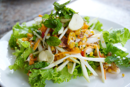 ensalada de verduras: cangrejo ensalada de huevo picante con chile y mango verde