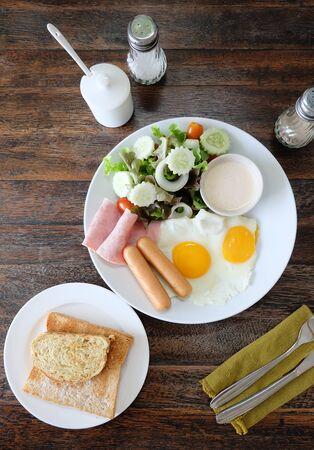 huevos estrellados: sana combinaci�n Americana desayuno de huevos fritos, sauasge, jam�n servir con ensalada fresca