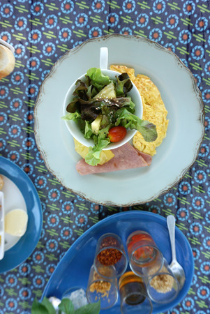 huevos revueltos: Ensalada fresca sirve con huevos revueltos y jamón para el desayuno