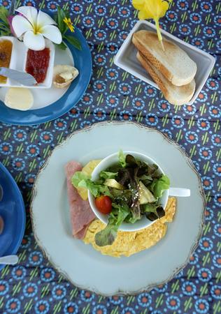 jamones: Ensalada fresca sirve con huevos revueltos y jamón para el desayuno