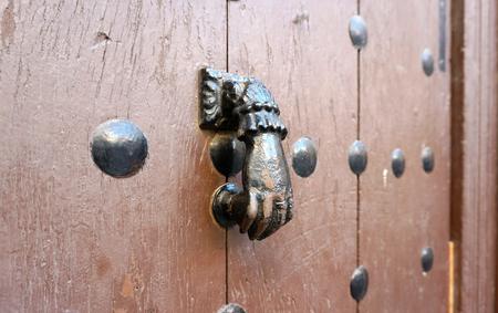 tocar la puerta: Puerta de metal forma parte gen�rica llamar a la puerta de madera en Espa�a
