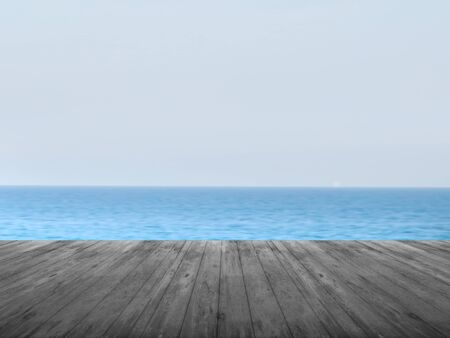 바다 풍경 배경으로 어두운 목재 전경