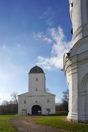 Moskou, Rusland - 9 november, 2017: Het prachtige gebouw van Vodovzvodnaya Bashnya naast de Kerk van de Hemelvaart in Kolomenskoye de UNESCO-erfenis op zonnige dag op 9 november 2017 in Moskou, Rusland