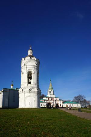 Moskou, Rusland - 9 november, 2017: De erfenisklokketoren naast de Kerk van de Beklimming in Kolomenskoye de Unesco-erfenis op zonnige dag op 9 November 2017 in Moskou, Rusland