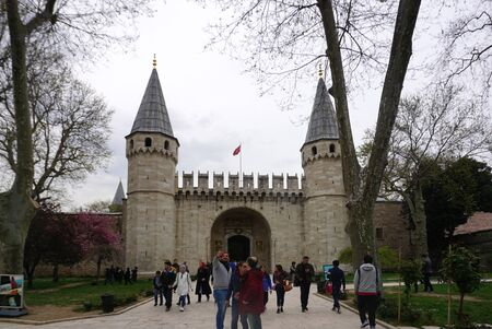 Istanbul, Turkey - 13 April ,2019 : Tourist walking around in front of the main gate at Topkapı Palace on 13 April ,2019 in Istanbul, Turkey Редакционное
