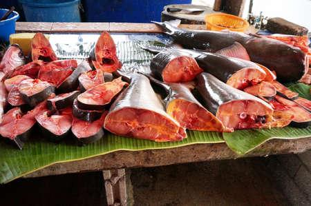 hemorragias: Trozos de pescado fresco de Pangasius que fueron cortados para la venta en el mercado asiático