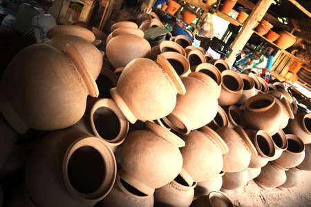 Pottery placed it before the fire. 版權商用圖片