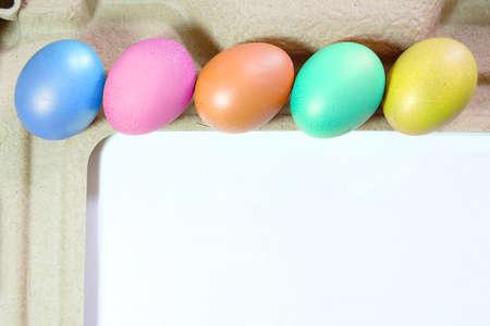 gallina con huevos: Huevos de gallina de colores en el d�a de Pascua.
