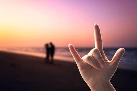 alzando la mano: Mostrar manos, Muestra del amor en la playa de la falta de definici�n de mar con la puesta del sol
