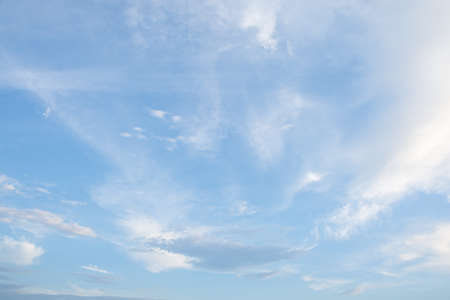 Blauwe hemelachtergrond en wolken