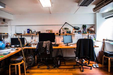 Travail de bureau avec ordinateur et le désordre de l'objet de désordre. Banque d'images - 66235111