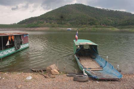 Vecchia barca in attesa di clienti nel fiume ma nessuno usa il servizio che ancora attende qualcuno Archivio Fotografico - 79114236