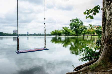 schommel plaats naast Inya Lake, Yangon, Myanmar, juni-2017 Stockfoto