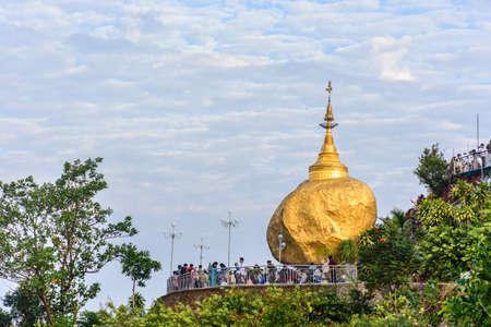 Golden Rock Pagoda, Kyaik Htee Yoe, Mon State, Myanmar, 1-March-2018 Imagens