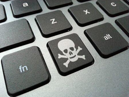 Eine Abbildung eines Computer-Tastatur-Taste mit dem Schädel und gekreuzten Knochen-Symbol. Die Abbildung kann zu Gesundheitsrisiken durch längere Verwendung von Computer-Peripheriegeräten aufgeworfen, wie Karpaltunnelsyndrom, Fettleibigkeit und Überanstrengung der Augen stehen. Standard-Bild - 43355751