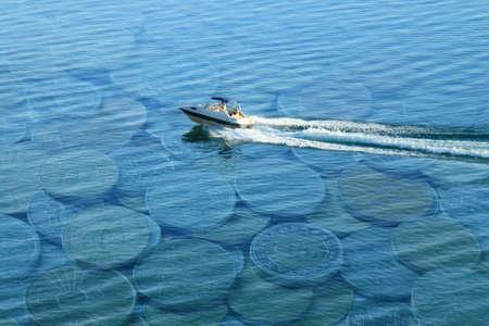 Lancha rápida en un lago de Dinero Foto de archivo - 16097770