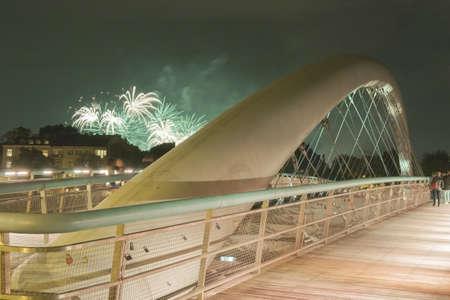 cracovia: Poland, Krakow, Kazimierz, Bernatka Footbridge over Vistula river, people watching fireworks show Stock Photo