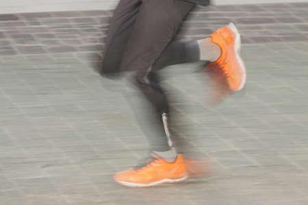 explocion: Legs of a runner on a street, motion blur