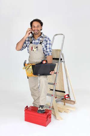 obrero: Obrero se situ� con tel�fono Foto de archivo