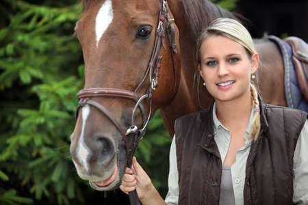 aretes: mujer joven con un caballo