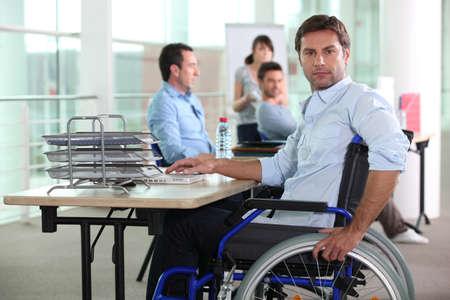 personas discapacitadas: Trabajo hombre en silla de ruedas