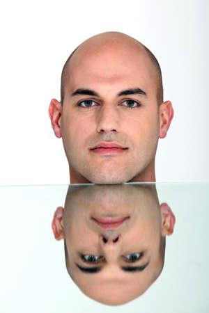 hombre calvo: La reflexi�n del hombre calvo
