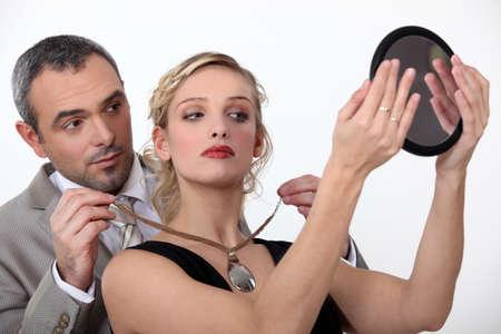 curare teneramente: marito che offre alla moglie una collana