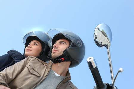 helmet moto: Par conducir una motocicleta Foto de archivo