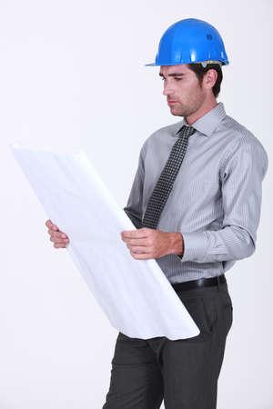 business skeptical: Un arquitecto comprobar sus planes.