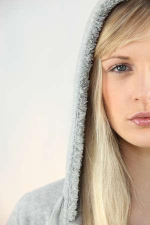 sudadera: Mujer joven en una sudadera con capucha gris