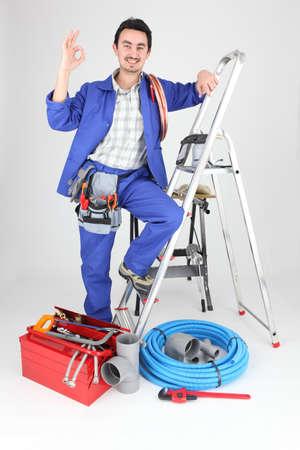 outils plomberie: L'homme avec des outils d'�chelle et de la plomberie