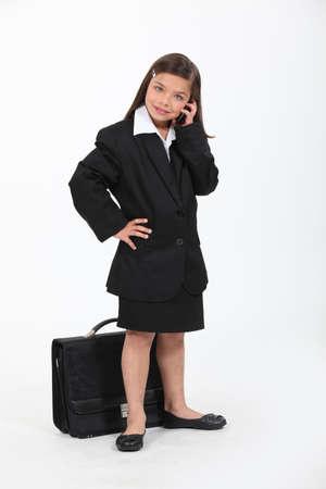 niña vestida como una mujer de negocios