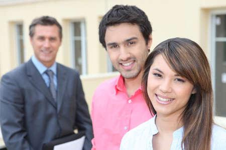Junges Paar und Immobilien-Promoter