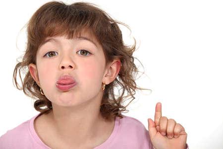 lengua afuera: ni�a sacando su lengua