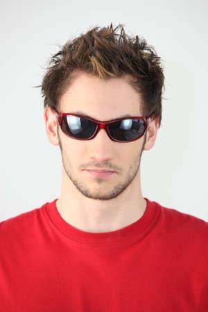 rimmed: Joven de gafas de sol con montura roja