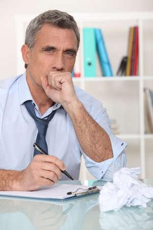 tosiendo: El hombre toma a s� mismo por enfermedad del estr�s