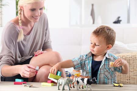 enfant qui joue: M�re et enfant jouer ensemble Banque d'images