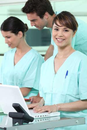 pielęgniarki: PielÄ™gniarki za pomocÄ… komputera Zdjęcie Seryjne