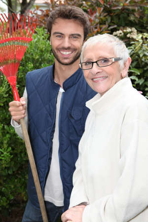aide � la personne: vieille dame et le jardinier