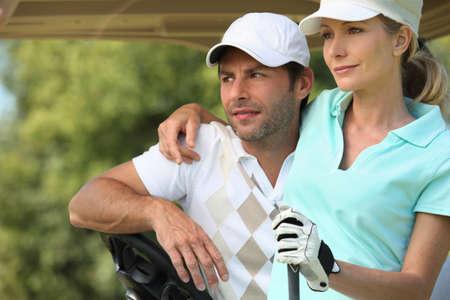 sports venue: Pareja jugando al golf