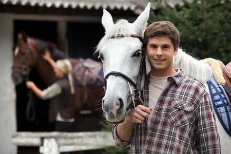 cavallo che salta: Un giovane uomo con un cavallo. Archivio Fotografico