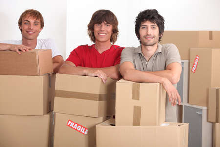 logements: adolescents se d�pla�ant ensemble dans un nouvel appartement Banque d'images