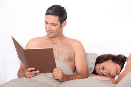 pareja durmiendo: Retrato de una pareja en cama