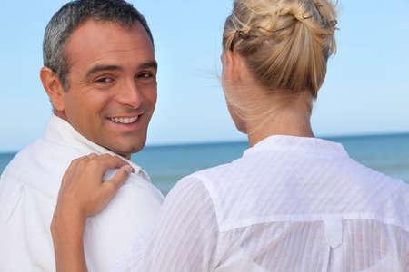 main sur l epaule: Couple au bord de la mer Banque d'images