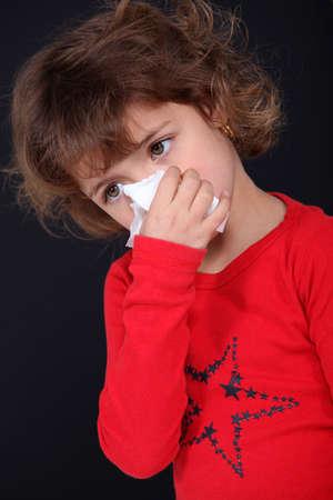 asma: Niña sonarse la nariz