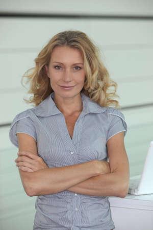 Frau mit langen blonden Haaren, die Arme