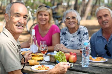 abastecimiento: familia comiendo picnic en el bosque Foto de archivo