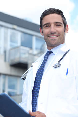 med: Doctor standing outside a hospital Stock Photo