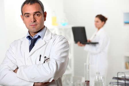 een wetenschapper en zijn assistent